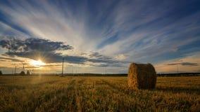 Höstlandskap i ett fält med hö i aftonen, Ryssland, Ural Arkivfoton
