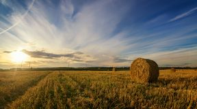 Höstlandskap i ett fält med hö i aftonen, Ryssland, Ural Royaltyfri Fotografi