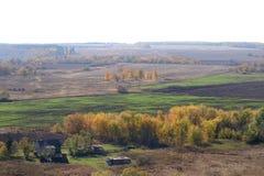 Höstlandskap med fält och träd Ryssland Royaltyfri Bild