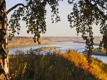 Höstlandskap med floden Tom nära staden av Arkivfoton