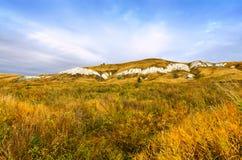 Höstlandskap med kalkstenberg i Ryssland Arkivfoton