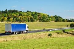Höstlandskap med vägen och lastbilen Arkivfoto