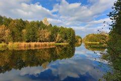 Höstlandskap på floden arkivfoto