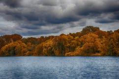 Höstlandskap på floden Fotografering för Bildbyråer