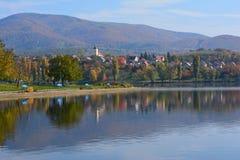 Höstlandskap, reflexion på sjön arkivbilder