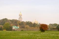 Höstlandskap, sikt av Kiev Pechersk Lavra, ukrainsk kyrka royaltyfria foton