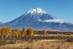 Höstlandskap: sikt av vulkan och blå himmel på en klar solig dag Royaltyfria Foton