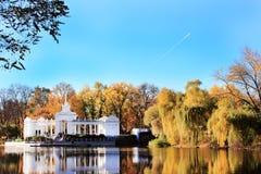 Höstlandskapsarkitektur och vatten Fotografering för Bildbyråer