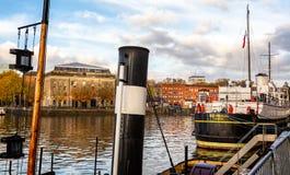 Höstlig Bristol Harbour och Arnolfini byggnad i Bristol Harbour i Bristol, Avon, UK royaltyfria foton