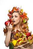Höstlig kvinna Härlig idérik makeup- och hårstil i skott för nedgångbegreppsstudio Flicka för skönhetmodemodell med nedgångmakeup Arkivbilder