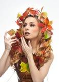 Höstlig kvinna Härlig idérik makeup- och hårstil i skott för nedgångbegreppsstudio Flicka för skönhetmodemodell med nedgångmakeup Arkivfoto