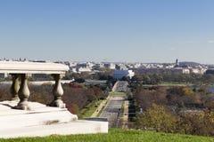 Höstlig sikt österut in mot Lincoln Memorial från gravvalvet av Pierre L ` Enfant på Arlington den nationella kyrkogården Arkivbilder