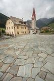 Höstlig sikt in mot den lilla staden av Rio Bianco i Ahrntal Royaltyfri Foto