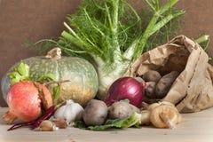 Höstlig skörd av organiska grönsaker och frukter Arkivfoto