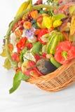 Höstlig skördgrönsak och frukt i korg Arkivbilder