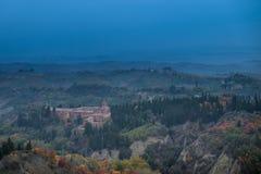 Höstlig trekking i landskapet av Siena, från Buonconvento till Arkivfoto