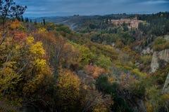 Höstlig trekking i landskapet av Siena, från Buonconvento till Arkivfoton