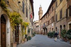 Höstlig trekking i landskapet av Siena, från Buonconvento till Monte Oliveto Maggiore Abbey Royaltyfria Bilder