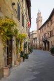 Höstlig trekking i landskapet av Siena, från Buonconvento till Monte Oliveto Maggiore Abbey Royaltyfri Foto