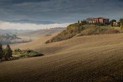 Höstlig trekking i landskapet av Siena, från Buonconvento till Monte Oliveto Maggiore Abbey Arkivbilder