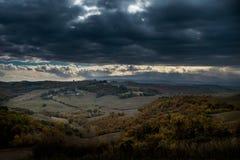Höstlig trekking i landskapet av Siena, från Buonconvento till Monte Oliveto Maggiore Abbey Fotografering för Bildbyråer