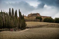 Höstlig trekking i landskapet av Siena, från Buonconvento till Monte Oliveto Maggiore Abbey Royaltyfria Foton