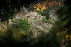 Höstlig trekking i landskapet av Siena, från Buonconvento till Monte Oliveto Maggiore Abbey Arkivbild
