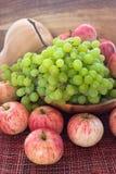 Höstliga mogna frukter och veg - grön druva, röda äpplen och pumpk Arkivbild
