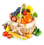 Höstliga skördgrönsaker och frukter i korg royaltyfria foton