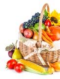Höstliga skördgrönsaker och frukter i korg royaltyfria bilder