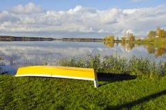 Höstliggande med det gula fartyget på kust fotografering för bildbyråer