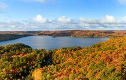 Höstliggandepanorama med en skog och en Lake Arkivbild