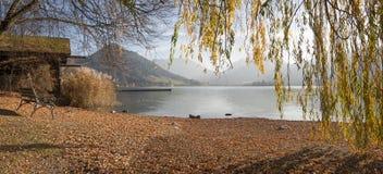 Höstligt vila ställe på schlierseesjön, sikt till och med pil b Royaltyfri Bild