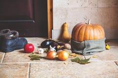 höstlivstid fortfarande Pumpa och grönsaker på ytterdörren Arkivbilder