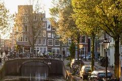 Höstljus i gata av Amsterdam Arkivbilder