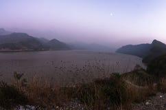 Höstmist över Danube River på skymning med fullmånen över floden Royaltyfri Bild