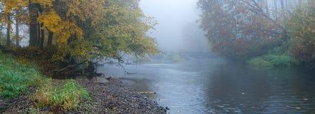 Höstmist ovanför en flod Fotografering för Bildbyråer