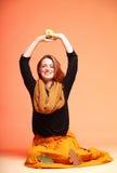 Höstmodeflicka med äppleapelsinöga-snärtar Fotografering för Bildbyråer