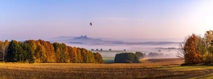 Höstmorgon i bohemiskt paradis trosky slott Arkivbilder