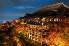 Höstnatten tänder upp på den Kiyomizu-dera templet royaltyfria bilder