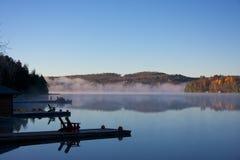 Höstplats med dimma royaltyfri fotografi