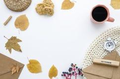 Höstram med torra sidor, halsduken, kuvert och kaffe Lekmanna- modell för höstlägenhet för din text, bästa sikt Arkivbild