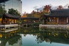 Höstreflexion i Lan Su Chinese Garden Pond Arkivbild