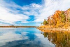 Höstsäsong på sjön med den härliga skogen på kullekusten Arkivfoton