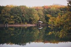 Höstsäsonglandskap, skog och sjö Arkivfoto