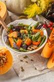 Höstsallad från den bakade pumpa, beta, zucchinin och morötter Hea arkivbilder