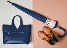 Höstsamling av women& x27; s-tillbehör och skor Demi-säsongen startar, ett paraply, en läderpåse Fotografering för Bildbyråer