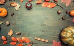 Höstsammansättning, gulingsidor, liten pumparam på träbakgrund, utrymme för den lekmanna- textlägenheten arkivfoto