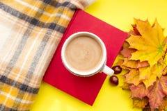 Höstsidor, bok, kastanj, halsduk och kopp av varm choklad Nedgångsäsong, fritid och begrepp för kaffeavbrott fotografering för bildbyråer