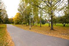 Höstsidor på gångbanan i gammalt museumområde av Kouvola, Finland Arkivfoto